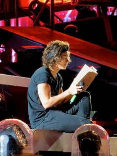 Harry styles reads bukowski - one direction boston Anne Cox, Bukowski, Yo Claudio, Prince Hair, Where We Are Tour, One Direction Concert, 1d Concert, Mr Style, Style Icons