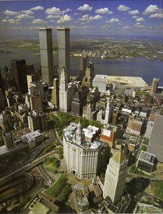Vista aerea del extremo sur de Manhattan, con el  Manhattan Municipal Building, las Torres Gemelas del  World Trade Center y varios de los edificios del World Financial Center en construccion  Septiembre de 1985