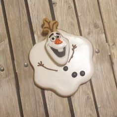 """Olaf melted cookie - Check Pinterest for others Olaf styles of cookies and a cute cake. Other """"Frozen"""" characters and ideas too."""