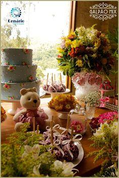 Chá de Bebe no Galpão Mix Penedo, com o tema jardim e  na mesa de doces, além do bolo, tinham ursos, maçãs do amor, pirulitos e bem nascidos, uma variação do bem casado. #galpaomix #galpaomixpenedorj #espacoparaeventos #penedo #penedorj#chadebebe #vida #felicidade #bebe #familia #chadaLiz