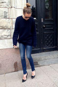 Navy blue oversized sweater. Dark wash skinny jeans. pointed kitten heals. https://www.pinterest.com/hattiereegans/