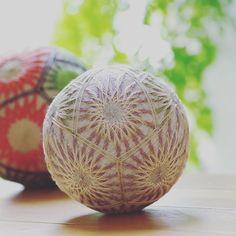 てまり 【菊慈童 2】  菊慈童の色違い 毎日暑いので涼し気にしてみました。  #wa #和  #japaneseculture #decoration ball#てまり#手毬#手まり#日本#芸術#art#手作り#handmade #伝統#文化#手作り