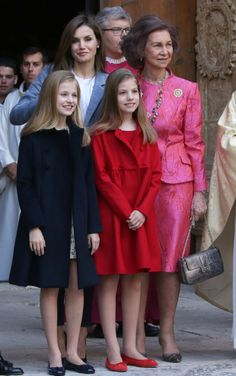 Spanish Royals attended the Easter Mass at the Cathedral of Palma de Mallorca Front: Infanta Sofia and Leonor, Princess of Asturias. Back: Queen Letizia and Queen Sofia. Classy Outfits, Kids Outfits, Cute Outfits, Little Girl Dresses, Girls Dresses, Princess Of Spain, Princess Sofia, Spanish Royalty, Estilo Real