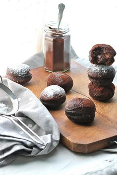 they just look ................ohhh myyyy - How to!    http://www.latanadelconiglio.com/2013/02/krapfen-al-cacao-ripieni-di-nutella.html