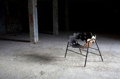 """""""Le designer Mads Sætter-LassenMads réalise une chaise nommée MSL 35, qui utilise de l'orme, de l'acier et de la laine. L'artiste a basé une majeure partie de ses recherches sur la pose du vernis sur le bois, c'est-à-dire utiliser une matière non-textile de façon textile. Le résultat est une chaise en forme de coquille, alliant subtilement le bois pour le dossier, l'acier pour la structure et les pieds et la laine pour recouvrir l'assise."""""""