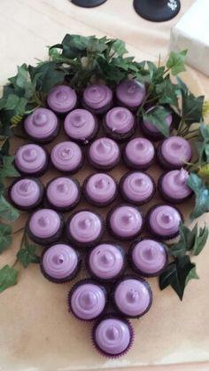 Torta hecha con cupcakes con forma de uva para primera comunión. #FiestaPrimeraCominion