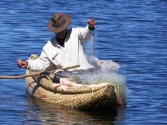 Pêcheur sur son balsa au lac Titicaca