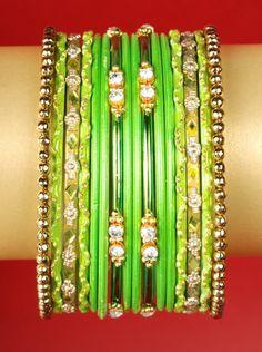 Ozdobny komplet 16 bransoletek w kolorze jasno-zielonym.