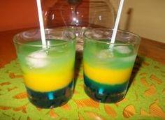 Bardzo smaczny, efektownie kolorowy drink ... Wasze zdrowie :-) Składniki: sok pomarańczowy z mango 1/3 części, blue curacao (likier) 1/3 części, wódka 1/3 części