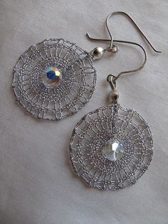 Náušnice « Galerie | PALIČKOVANÁ KRAJKA - Romana Kdýrová Lace Earrings, Lace Jewelry, Metal Jewelry, Jewelry Crafts, Crochet Earrings, Jewellery, Earrings Handmade, Handmade Jewelry, Lace Art