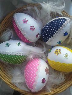 ručne robene vajíčka v štýle technikou nešitý patchwork, ozdobené kvetinkami vajíčka sú robene do košíka, bez stužky na zavesenie, v prípade záujmu stužku pridám ...