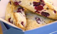 Moist and tender blueberry scones with a sweet streusel topping and vanilla glaze! The perfect scone recipe for breakfast or brunch! Cranberry Scones, Blueberry Scones, Breakfast Snacks, Breakfast Recipes, Perfect Scones Recipe, Streusel Topping, Gluten Free Recipes, Yummy Recipes, Yummy Food