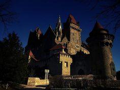 Burg Kreuzenstein am Rande von Wien ist ein beliebtes Ausflugsziel Live In The Now, Vienna, Austria, Barcelona Cathedral, 19th Century, Castle, Architecture, City, Building