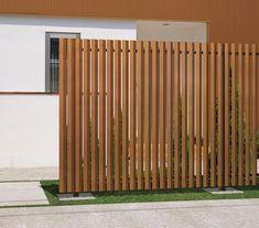 三協アルミのフェンス・柵「エルファード片面 M5型 角度板格子 高尺タイプ」の商品詳細ページです。気になる視線をほどよくカット。多彩なデザイン・色展開で目隠しを演出します。採光性・通風性に優れた格子状が特徴です。[スマホ版] Mid-century Modern, Entrance, Exterior, Clouds, House, Home Decor, Shopping, Gardens, Garden Doors
