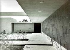 Patio de Acceso en Casa Luis Bustamante, Calle del Agua 833, Jardines del Pedgregal, México DF 1956  Arq. Francisco Artigas