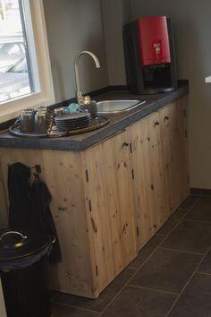 Pantry in een kantoor.  Ik maak authentieke keukens, badkamermeubels en andere meubels. Voornamelijk van oud, doorleefd en duurzaam hout. Mail of bel: info@benosinga.nl / 0511-45 27 83