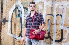 Urban Bozz mannentas: ED. Speels maar stoer, wat een perfecte combinatie voor een tas. Het klassieke uiterlijk vindt contrast in het felrode leer, dat alleen maar mooier wordt bij veelvuldig gebruik.