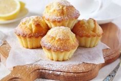 Brioșe fine și aromate cu gust proaspăt de lămâie și banana. După ce veți gusta aceste brioșe, veți deveni fanul prăjiturilor cu lămâie. INGREDIENTE: -250 gr brânză de vaci degresată; -2 ouă; -50 gr de banană; -80 gr de făină; -coaja Petit Cake, Hungarian Recipes, Food Cakes, Winter Food, Mini Cupcakes, Cake Cookies, Cake Recipes, Cheesecake, Clean Eating