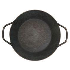 熟練した鍛冶職人のアルバート=カール・タークが1857年にターク社を創業。鉱山のあるルール地方、ドイツの鉄製品製造の中心地に工場を構え、代々技術を受け継ぐ職人によりクラシックなフライパンを作り続けています。鉄の塊(銑鉄)を真っ赤に熱し、何度も叩いて成型した鍛造のフライパンは強靭でつなぎ目のない一体型のため、適切なお手入れをすれば半永久的にご使用いただけます。熱まわりがよく蓄熱性に優れているので、食材の持ち味を十分に引き出しながらじっくりと安定した調理が可能です。厚い肉の塊も温度が下がりにくく水分をよくとばすため、外はカリッと、中は肉汁を留めたジューシーなステーキが焼けます。野菜もシャキっと歯ごたえよく、卵焼きやパンケーキ、トースト等も焼きムラができず程よい焼き色を付けます。職人によって一つ一つ鍛錬仕上げされたフライパンは、無骨で荒々しい佇まいですが、使い込むほどに馴染み、鉄肌も艶を増してより味わい深くなっていきます。