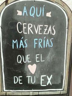 Anuncio en la pared que anuncia cervezas más frías que el corazón de un ex