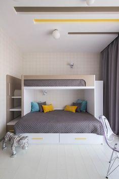 Детская предназначена для двух разнополых детей, поэтому все функциональные зоны в комнате умножены на 2: два рабочих места, двухъярусная кровать – и много места для хранения одежды и игрушек