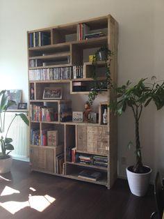 Verliefd op onze zelfgemaakte boekenkast van steigerhout!❤️