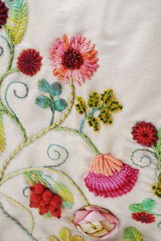 Gerbera, clavel y rosa. Detalle. Bordado a mano por Carolina Gana. Taller de Bordado Rococó. Santiago de Chile.