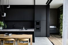Referencing the legacy of the original California bungalow, Malvern East House speaks to a connected past and present. Through layered elements, Wellard Architects creates visual, textural and spatial links between inside and out. Modern Grey Kitchen, Grey Kitchen Designs, Modern Kitchen Design, Interior Design Kitchen, Kitchen Decor, Skandi Kitchen, Kitchen Small, Layout Design, California Bungalow