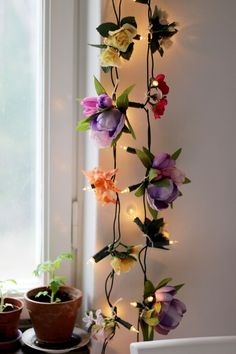 Make a string light with thrifted fake flowers. Description in Swedish. Make a string light with thr