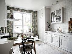 Home Interior Design — Nordic kitchen with fabulous wallpaper in. Home Interior, Kitchen Interior, Interior Design Living Room, Kitchen Design, Nordic Kitchen, Kitchen Wallpaper, Kitchen Dinning, Beautiful Kitchens, Home Kitchens