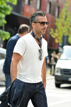Vネック白Tシャツ,バンダナ,スカーフ,メンズきこなし 夏