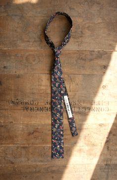 Indigo & Cotton skinny tie, Small Roses Discharge Print - Navy