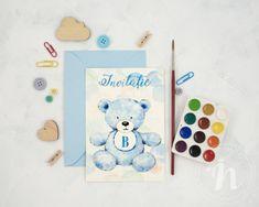 Un ursulet prietenos pe un fundal jucaus cu buline pictate in acuarela va aduce multa bucurie invitatilor. Bleu Pastel