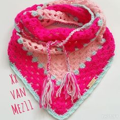 Het patroon van deze oh-zo-leuke omslagdoek (om te haken!) Start met het haken van 4 lossen en sluit deze ... Crochet Baby Poncho, Crochet Scarves, Crochet Shawl, Crochet Clothes, Baby Knitting, Quick Crochet, Crochet For Kids, Crochet Yarn, Crochet Winter