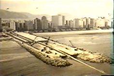 O início do emissário submarino na praia do José Menino, em 1975