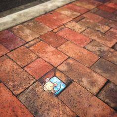 Bij street-art denk je vooral aan Banksy, ROA of Os Gemeos. Deze invloedrijke kunstenaars kalken complete gebouwen vol met vaak nog een achterliggende boodschap ook. David Zinn, een Amerikaanse straatkunstenaar, gooit het over een andere boeg. Hij past het straatbeeld op uiterst subtiele en komische wijze aan. Hier kunnen we dus echt geen genoeg van …