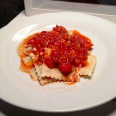 Ravióli Recheado com Gorgonzola e Nozes ao Molho de Tomates Frescos.