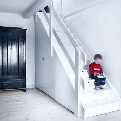 Sko og overtøj i trappen - Køkkenskaberne