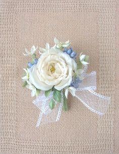 シルクデシンの巻きばらが甘く上品です。ブルースターのお花(白色)をたっぷりと清楚なレースのリボンも印象的♪幸せのシンボル・サムシングブルーも添えて♪♪●花:シ...|ハンドメイド、手作り、手仕事品の通販・販売・購入ならCreema。