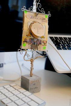 Création d'hier, le gri-gri de bureau, post-it intégré Creations, Table Lamp, Illustrations, Home Decor, Desk, Objects, Kid, Table Lamps, Decoration Home