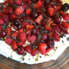 Pavlova - en lækker sommerklassiker med flødeskum og friske bær