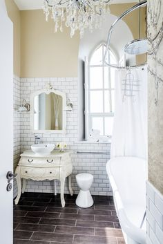 Image 11 of 27 from gallery of The Chapel on the Hill / Evolution Design. Courtesy of Evolution Design Chapel Conversion, Church Conversions, Evolution Design, Vintage Bathrooms, Vintage Chandelier, Cottage Interiors, Chapelle, Modern Interior Design, Renting A House