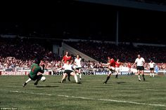 Manchester United's Stuart Pearson scores past Liverpool goalkeeper Ray Clemence in the 1977 FA Cup final Manchester United Images, Manchester United Legends, Manchester United Football, Liverpool Goalkeeper, Liverpool Fc, Ray Clemence, Football Gif, Football Videos, Classic Football Shirts
