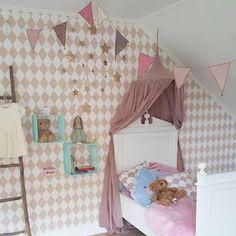 子供部屋にはピンクを基調にしたキャノピーとガーランドをかけて。小さなサイズのベッドにぴったりのキャノピーが愛らしいですね。