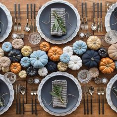 Doesn't this tablescape from @casadeperrin make you so excited for Thanksgiving? I'm hosting this year and I can't wait!! ❤️