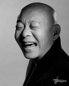 """YUE Minjun 2013. Né en 1962 dans le Heilongjiang, célèbre dans le monde entier grâce à ses portraits d'hommes """"morts de rire"""", qui le placent parmi les pionniers du """"réalisme cynique"""". Son tableau """"Exécution"""", vendu pour près de 3 millions d'euros, a battu le record des artistes contemporains chinois aux enchères de Sotheby's de 2007. Son exposition à la Fondation Cartier de novembre 2012 à mars 2013 a été un grand évènement."""