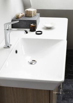 An asymmetrical washbasin allows you to furnish your room in a beautiful and functional style, even if space is limited. Skeilings are no longer a difficult challenge, but an interesting and unusual opportunity.