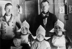 Pooyer. Kinderen Jan Pooijer met oa moeder Gees. Gezin. ca 1915. Links Jaap Pooyer en Wolmoed Schilder #NoordHolland #Volendam