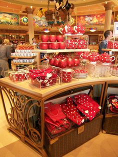 "I absolutely LOVE the ""Minnie""-crockery at Disneyland! I want it ALL!!"