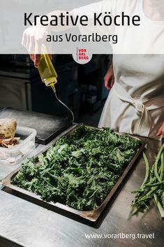 Eine Reihe junger, kreativer Köpfe aus Vorarlberg zeigt, dass es in Vorarlbergs Küchen schon lange mehr gibt als die typischen Gerichte Kässpätzle und Riebel. Hier verraten Köche aus Vorarlberg ihre Philosophien und Rezeptideen. Tray, Home Decor, Fresh, Easy Meals, Chef Recipes, Food And Drinks, Creative, Tips, Decoration Home